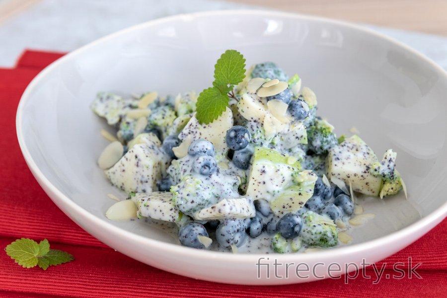 Brokolicový šalát s čučoriedkami a makom