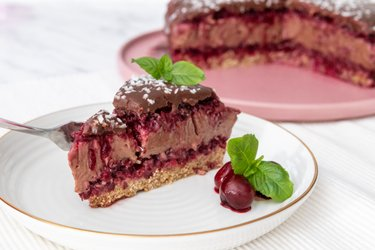 Fit višňovo-čokoládová nepečená torta (bez múky a cukru)