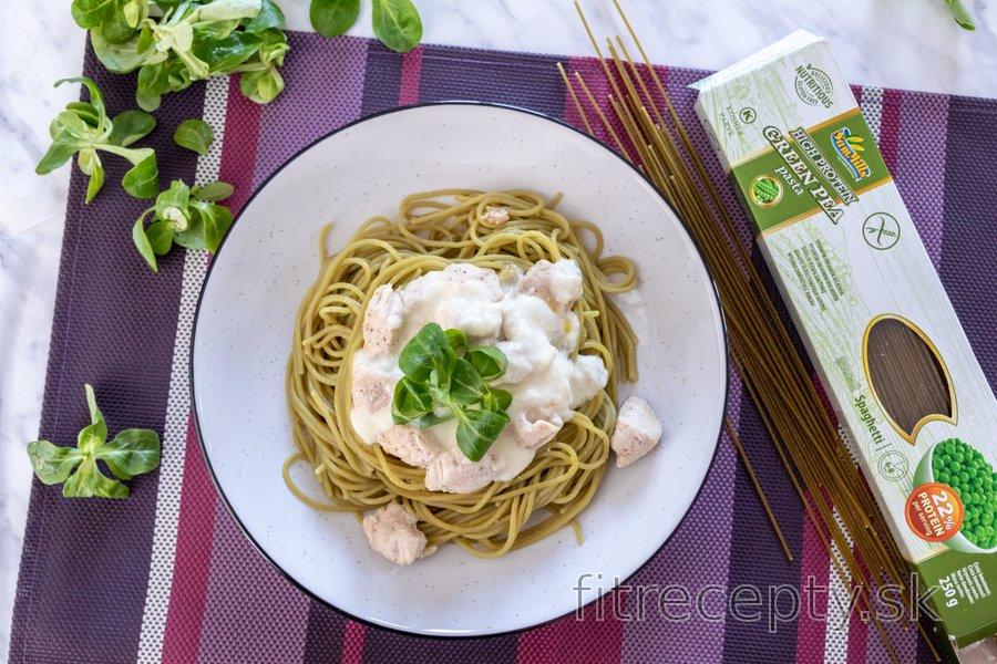 Hráškové špagety s kuracím mäsom v bryndzovej omáčke