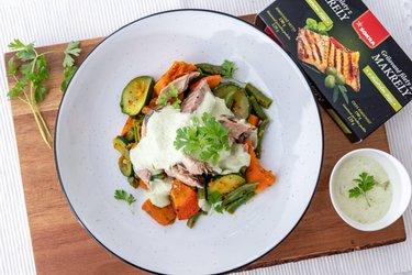 Grilované makrely s dusenou zeleninou a jogurtovým dressingom