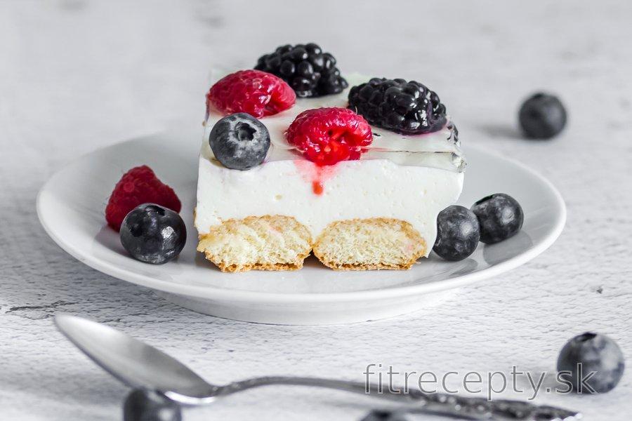 Nepečený piškótový koláč s tvarohom a ovocím