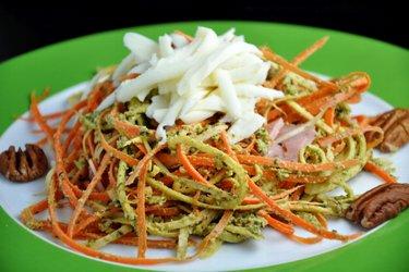 "Mrkvovo-petržlenové ""špagety"" s bazalkovým pestom"