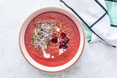 Cviklová polievka s chilli a klíčkami