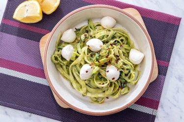 Rýchle cuketové špagety s avokádovou omáčkou a mozzarellou