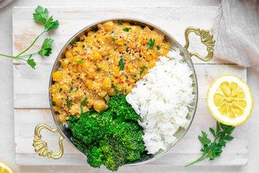 Výborné cícerové kari s arašidovým maslom