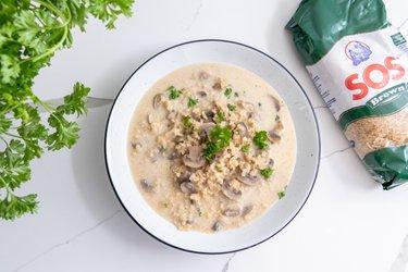 Hubová polievka s hnedou ryžou (vegan)